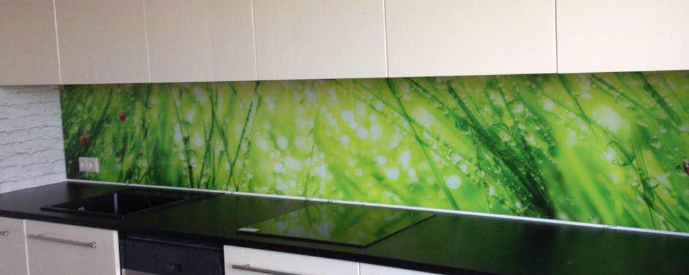 сочная зелень травы на кухонном фартуке