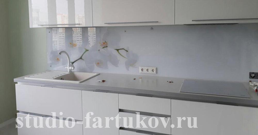 цветочные скинали на белой кухне